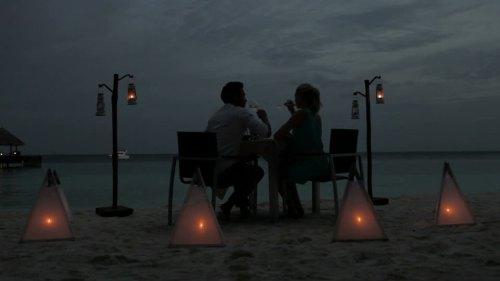 482577084-eclairage-aux-bougies-lune-de-miel-amoureux-lieu-de-villegiature
