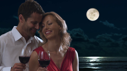 couple-drinking-wine-together-in-moonlight_myfamb4c__f0000