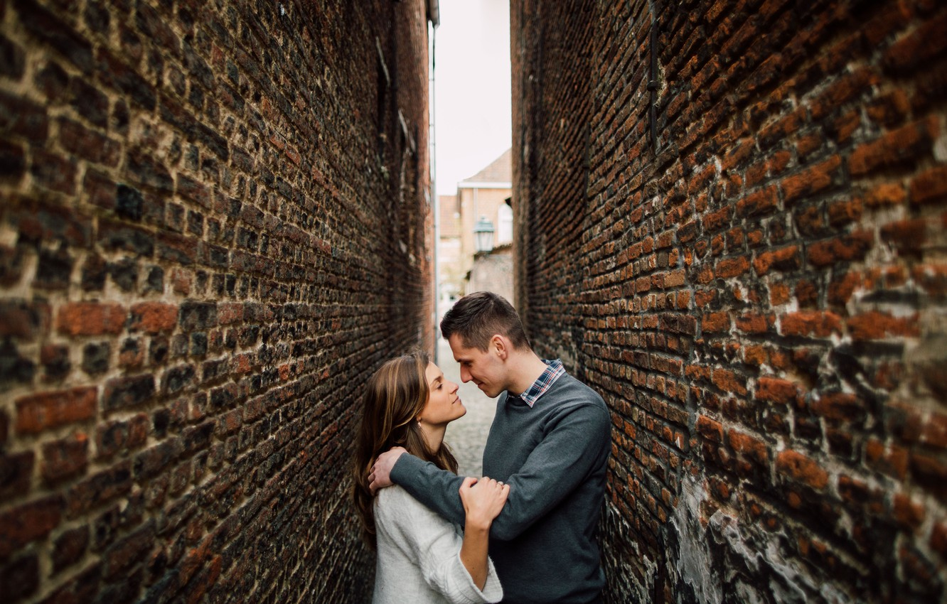 couple-love-alley-walls